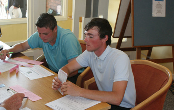 MacLeod (L) and James McCormick record their scores.
